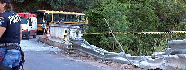 Caminhão cai no Portão do Inferno em Chapada dos Guimarães (Foto: Reprodução/TVCA)