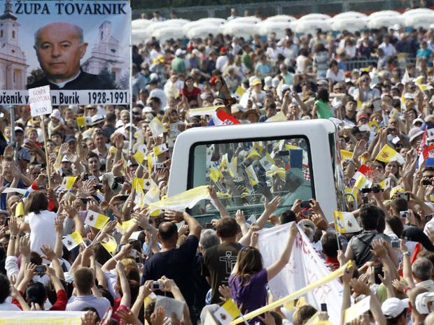 O Papa Bento XVI passa de papamóvel entre fiéis neste domingo (5) em Zagreb (Foto: AP)