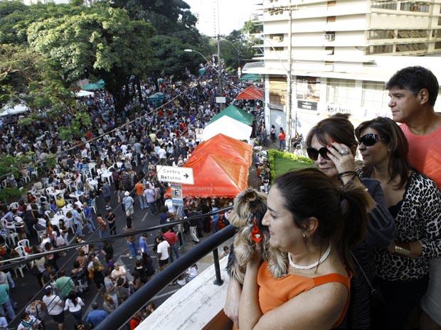 Moradores do bairro Funcionários acompanham da sacada a Festa Italiana em Belo Horizonte (Foto: Leo Lara/O Tempo/AE)