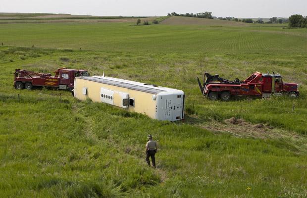 A banda de Casper, no Wyoming, ia se apresentar em evento na cidade de Lebanon, em Indiana, quando um pneu furou, provocando o acidente. Trinta e nove pessoas ficaram feridas. (Foto: AP)