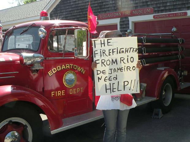 Bombeiros de quartel dos EUA exibem cartazes de apio aos manifestantes do Rio de Janeiro (Foto: Divulgação)