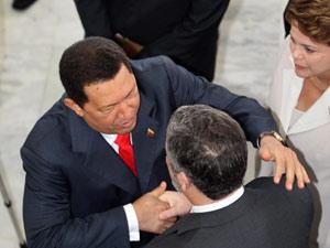 O presidente da Venezuela, Hugo Chávez, cumprimenta o ministro-chefe da Casa Civil, Antonio Palocci, e é observado pela presidente Dilma Rousseff (Foto: André Dusek / Agência Estado)