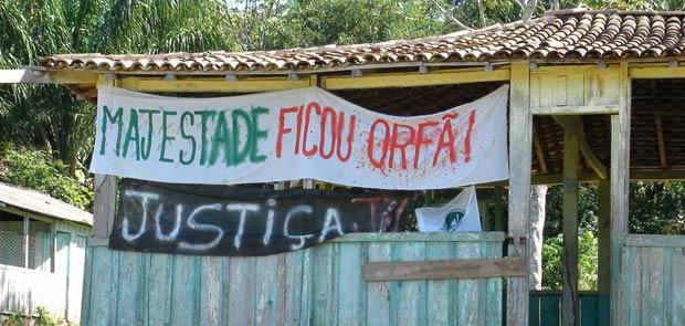 Protesto em Nova Ipixuna, onde extrativistas foram mortos.  'Majestade' é o nome de uma castanheira da região, símbolo do casal morto. Árvore tem mais de 30 metros de altura. (Foto: Glauco Araújo/G1)