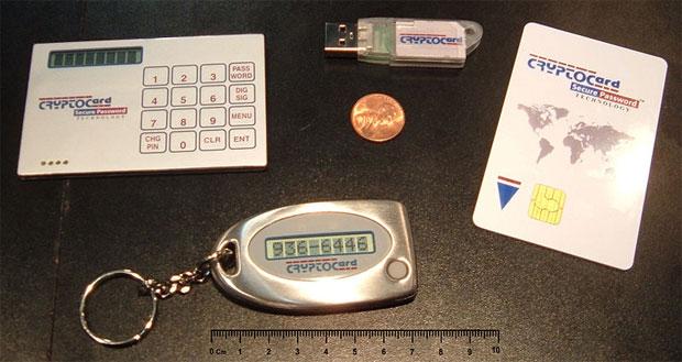 Vários tipos de tokens, incluindo tokens de senha, como o dos bancos, e tokens criptográficos, como os de cartão (smartcard) e USB (Foto: Arnold Reinhold/CC-BY-SA)