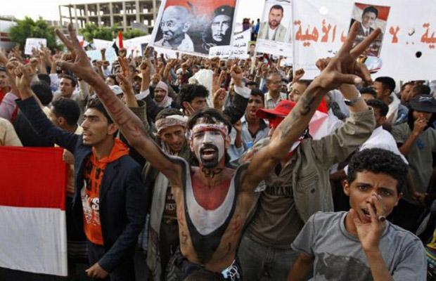 Manifestantes protestam nesta terça-feira (7) contra o governo Saleh em Sanaa, capital do Iêmen (Foto: AP)