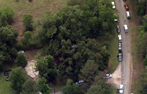 Imagem aérea da TV local mostra o local em que os corpos teriam sido achados nesta terça-feira (7) (Foto: AP)