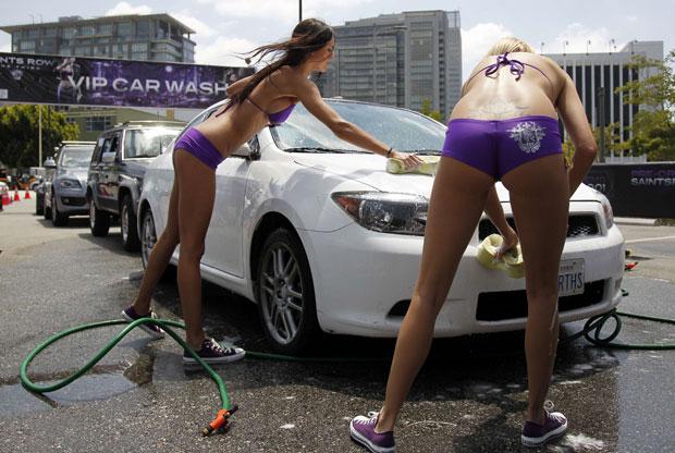 Modelos lavam carros para promover o game 'Saints Row: The Third' na E3 2011 (Foto: Danny Moloshok/Reuters)