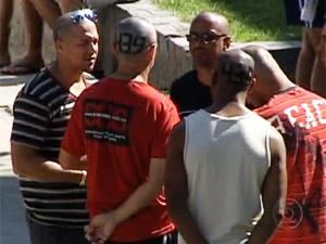 Bombeiros presos tem números escritos na cabeça (Foto: Reprodução / TV Globo)