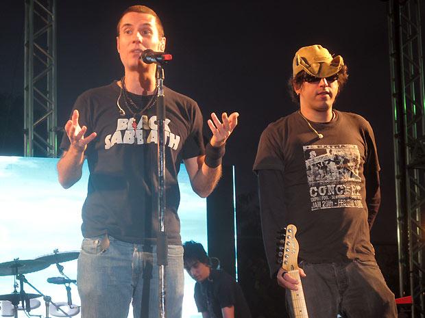 O cantor Dinho Ouyro Preto (à esq.) e o gutarrista Yves Passarel, do Capital Inicial, durante apresentação na Cidade de Deus nesta terça (7) (Foto: Henrique Porto/G1)