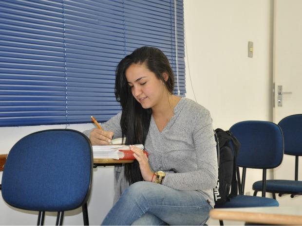Isabel Tolentino irá cursar medicina na UFMS sem ter concluído ensino médio (Foto: Hélder Rafael/G1 MS)