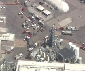 Funcionários deixam fábrica da Intel após explosão (Foto: Reuters)