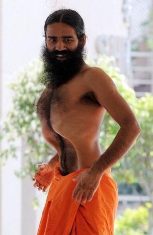 O mestre iogue Baba Ramdev faz performance de ioga durante sua greve de fome (Foto: AFP)