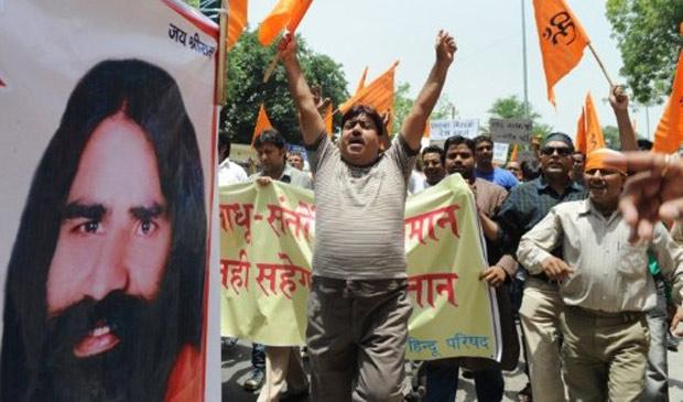 Seguidores de Baba Ramdev durante protesto em Nova Déli, na Índia (Foto: AFP)