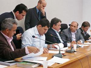 Deputados distritais participam de sessão da Comissão de Constituição e Justiça da CLDF. (Foto: Silvio Abdon / CLDF)