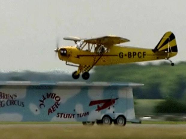 Piloto aterrissa sobre trailer em movimento  (Foto: Reprodução)