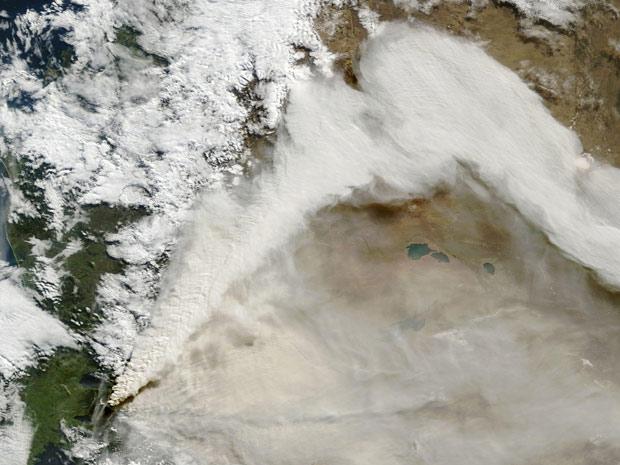 Imagem de satélite mostra a coluna de fumaça expelida pelo vulcão Puyehue, na Cordilheira dos Andes (Foto: NASA / Reuters)