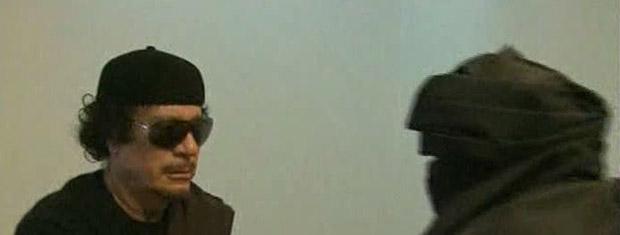 O ditador da Líbia, Muammar Kadhafi, durante encontro com líder tribal mostrado pela TV estatal líbia na terça-feira (7) (Foto: AP)