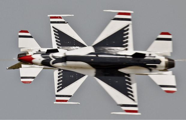 Aviões Thunderbird F16 da Força Aérea dos EUA fazem acrobacias nesta quarta-feira (8) em Mihail Kogalniceanu, na Romênia. (Foto: AP)