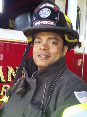 O brasileiro Odimar Batista, com farda de bombeiro nos EUA (Foto: Reprodução/Arquivo pessoal)