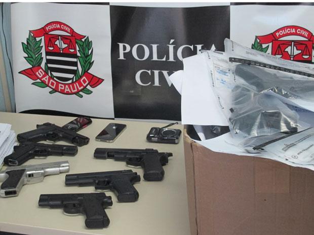 """Polícia tem uma """"coleção"""" de armas de brinquedo que foram utilizadas por adolescentes para cometer crimes na região do Itaim  Bibi (Foto: Letícia Macedo/G1)"""