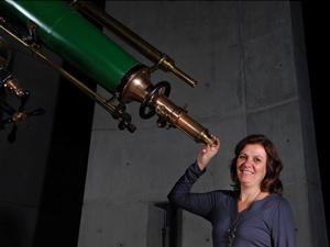 A astrônoma Duília de Mello, que trabalha para a Nasa, aparece ao lado de um telescópio histórico da Universidade Johns Hopkins, nos EUA (Foto: Tommy Wiklind)