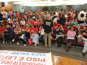 Categoria se reuniu na manha desta quarta-feira (8) e fazem  assembleia à tarde. (Foto: Henrique Sousa/Divulgação Sind-UTE/MG)