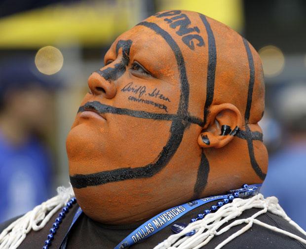 O torcedor Frank Perez encarnando a 'personagem' principal da partida (Foto: AP)