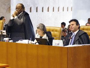 Ministros do STF em sessão plenária que julga a extradição de Battisti (Foto: Gervásio Baptista/SCO/STF)