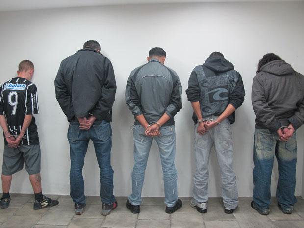 Os cinco suspeitos detidos nesta terça-feira têm passagem pela polícia  (Foto: Letícia Macedo/G1)