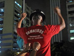 Bombeiros protestam contra a prisão dos companheiros (Foto: Tássia Thum/G1)