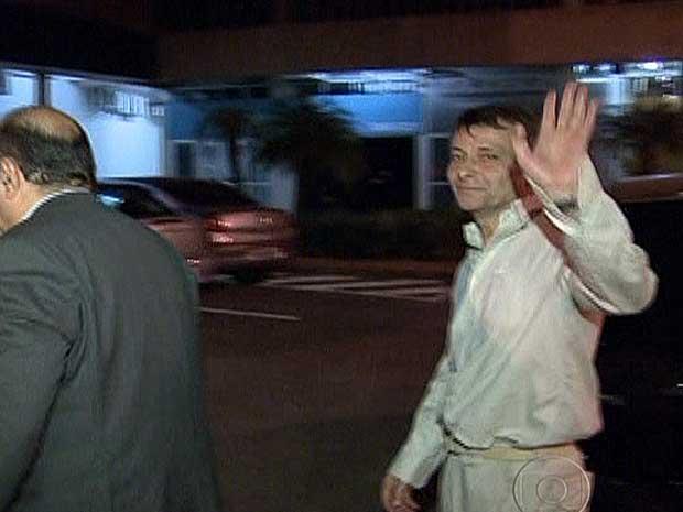 Cesare Battisti deixa a penitenciária da Papuda, em Brasília. (Foto: Reprodução / TV Globo)