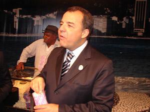 O governador do Rio, Sérgio Cabral, come pipoca em evento em São Paulo (Foto: Roney Domingos/G1)