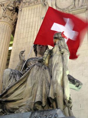 Bandeira em monumento da Alerj (Foto: Tássia Thum/G1)