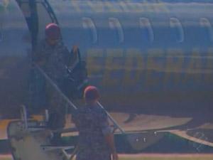 Homens da Força Nacional desembarcam no Aeroporto de Marabá, no Pará (Foto: Reprodução/TV Marabá)
