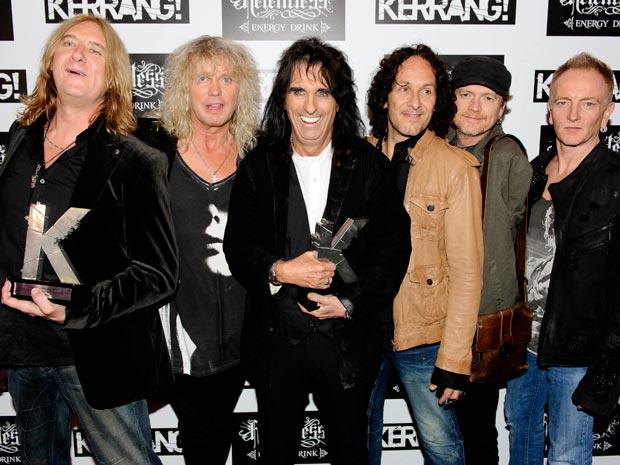 O Cantor Alice Copper (ao centro, de preto) e a banda Def Leppard, homenageados na cerimônia de entrega do Kerrang! Awards 2011 (Foto: AP)