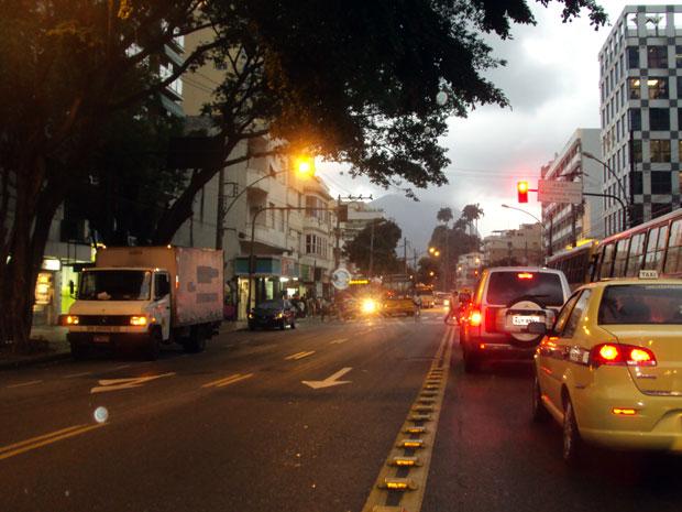Tarde parece noite nesta quinta-feira (9) no Rio (Foto: Eleny Borges/VC no G1)