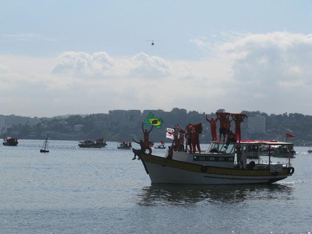 Barqueata que saiu do Rio em apoio aos bombeiros chega a Niterói