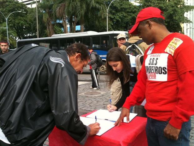 Bombeiros recolhem assinaturas para apoio ao movimento na Alerj (Foto: Thamine Leta/G1)