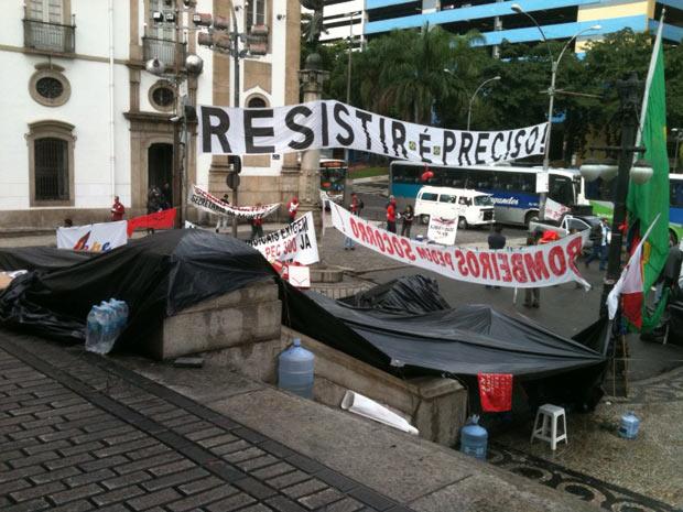 Bombeiros mantém faixas e barracas na Alerj (Foto: Thamine Leta/G1)