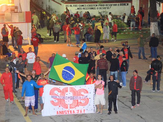 Bombeiros presos aguardam alvará de soltura no quartel de Charitas, em Niterói (Foto: Marcelo Theobald / Agencia O Globo )