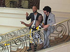 Sharon faz graça em escada de hotel em SP, ao lado de Gabriel Roth e Binky Griptite (Foto: Gustavo Miller/G1)