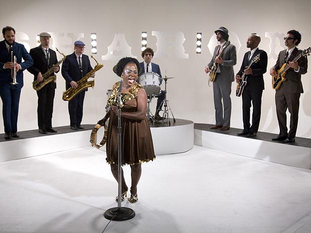 Oito homens e uma rainha: Sharon Jones a frente de sua banda, o The Dap-Kings (Foto: Divulgação)