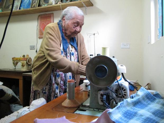 Otacília observa seu kit de costura (Foto: Paulo Toledo Piza/G1)