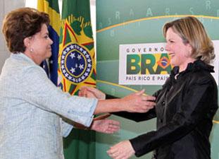 Presidenta Dilma Rousseff cumprimenta a nova ministra-chefe da Casa Civil da Presidência da República, Gleisi Hoffmann, durante a posse na última quarta-feira (8). (Foto: Roberto Stuckert Filho/Presidência)