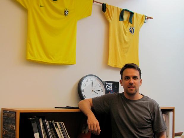 Camisas da seleção brasileira fazem parte da decoração do escritório de Marcus Smolka na Universidade Cornell, nos EUA  (Foto: Arquivo pessoal)