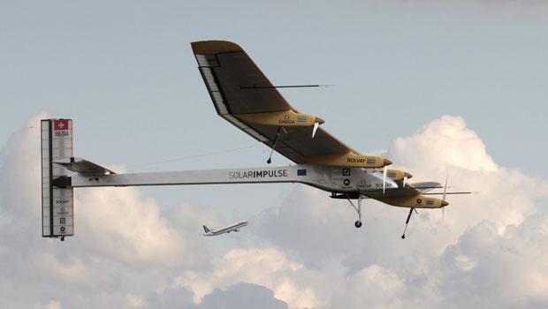 Avião sem combustível decolou do aeroporto de Bruxelas neste sábado (11) (Foto: Yves Logghe/AP)