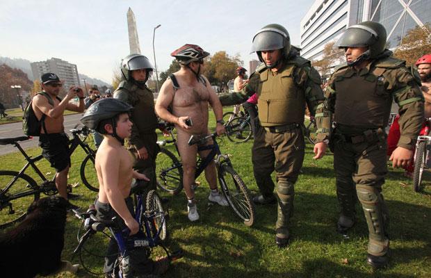 Ciclista sem roupa é detido por policiais em Santiago, no Chile (Foto: Victor Ruiz Caballero/Reuters)