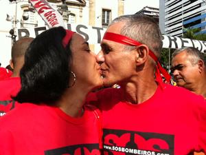 tenente Adilson beija mulher ao reencontrá-la  (Foto: Thamine Leta/G1)