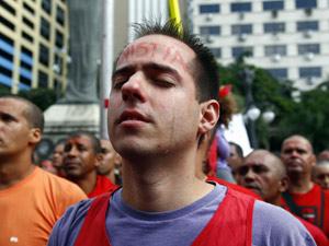 Bombeiro pede anistia (Foto: Gustavo Pellizzon/Ag. O Globo)