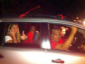 Na frente do carro, cabo Daciolo, um dos líderes do movimento, comemora a libertação (Foto: Mylène Neno/G1)